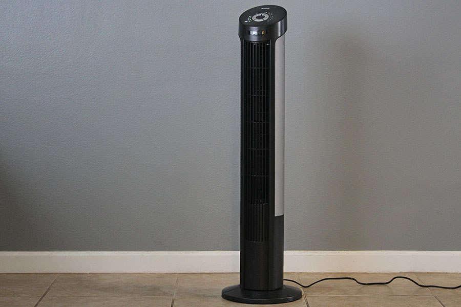 Homem se assusta ao notar que seu ventilador está falando