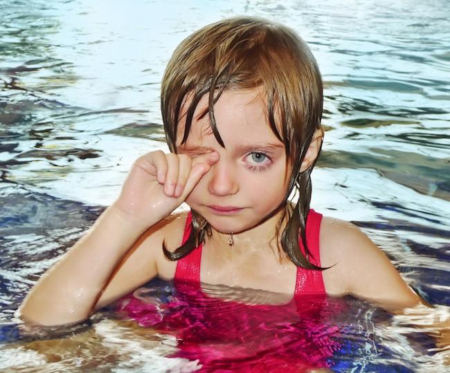 Saiba o motivo assustador dos nossos olhos ficarem vermelhos na piscina