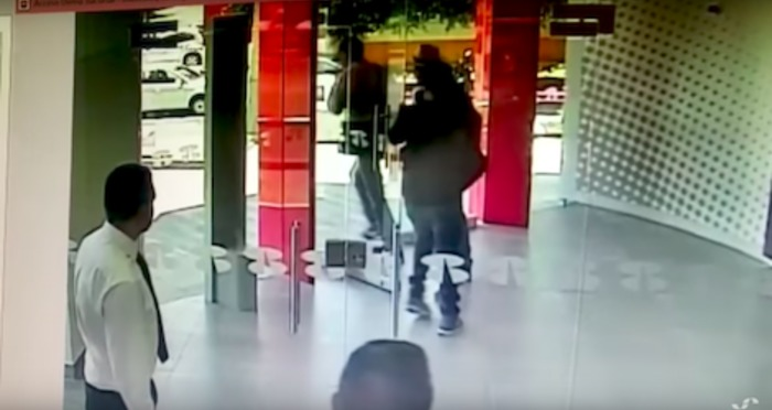 Ladrões tentam assaltar banco,  segurança o ato de forma simples