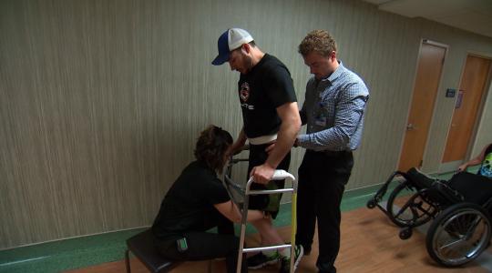 Jovem paraplégico volta a andar após tratamento experimental