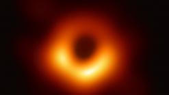 Veja a 1ª imagem de um buraco negro da história, um verdadeiro 'monstro' maior que o Sistema Solar