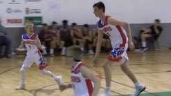 Jogador de basquete de 12 anos consegue enterrar sem pular