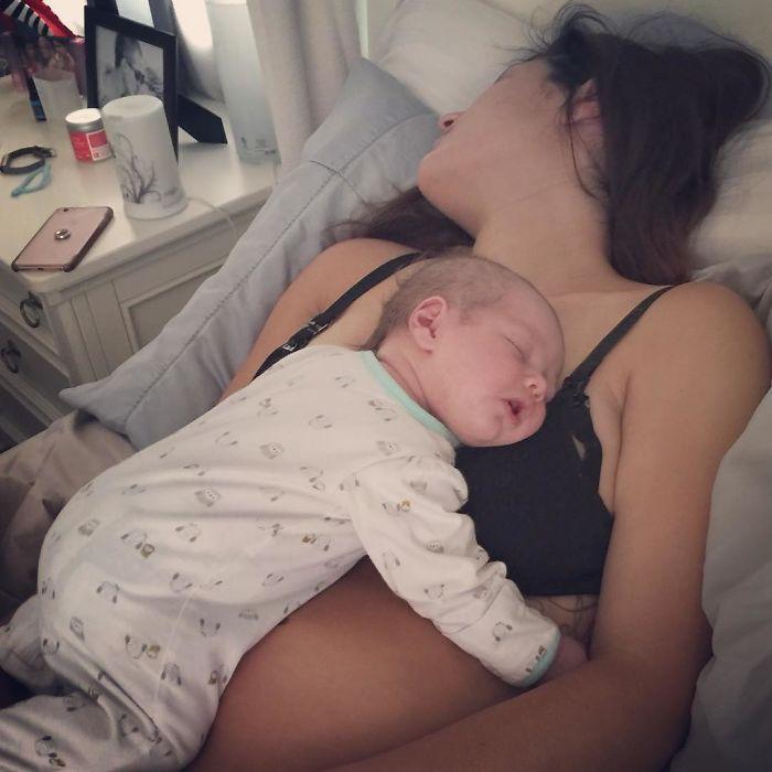Veja como pode ser cansativa a noite de sono de uma mãe