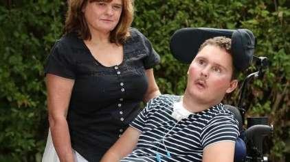 Após desafio de comer lesma jovem fica tetraplégico