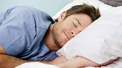 Você dorme de lado? Saiba porquê a ciência indica essa posição!