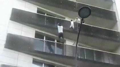 Homem arrisca a vida para subir em prédio e salvar criança