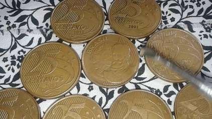 Por que algumas moedas tem risquinhos do lado?