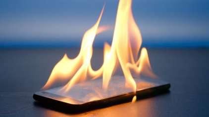 Pânico: Celular pega fogo e causa evacuação em avião
