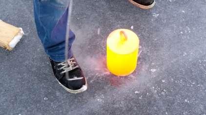 20 kg de aço quente vs um lago congelado, quem vence?