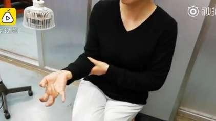 Mulher fica com dedos paralisados após muitas horas de celular