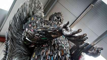 Estátua feita com 100 mil facas é um monumento contra violência