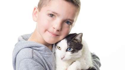 Garoto encontra gato com as mesmas características de seu rosto