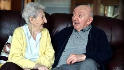 Idosa de 98 anos se muda para asilo para cuidar do filho, de 80