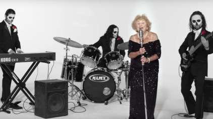 Senhorinha de 92 sobrevivente do holocausto vira estrela do rock