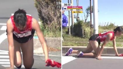 Adolescente termina corrida engatinhando após quebrar a perna
