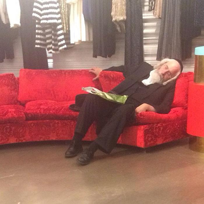 11 imagens que mostram o drama de esperar a namorada nas compras