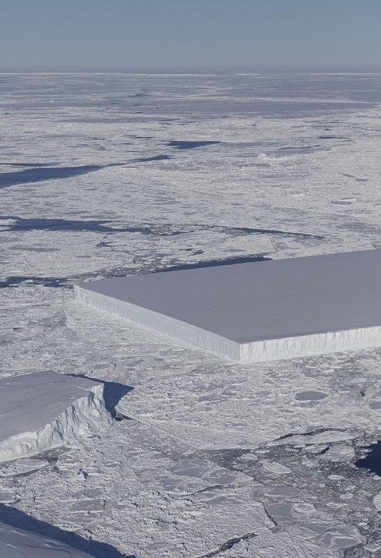 O mistério do estranho iceberg tabular com linhas perfeitas