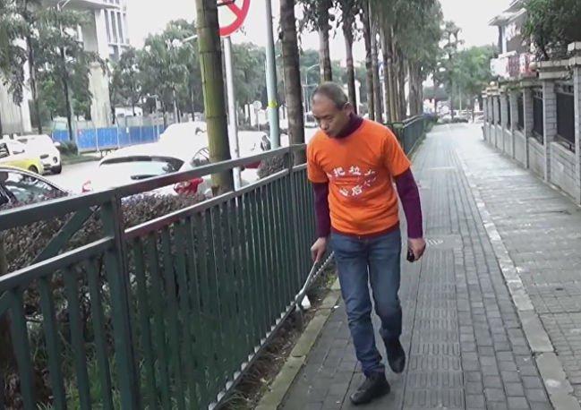 Milionário chinês passa suas horas vagas catando lixo da rua