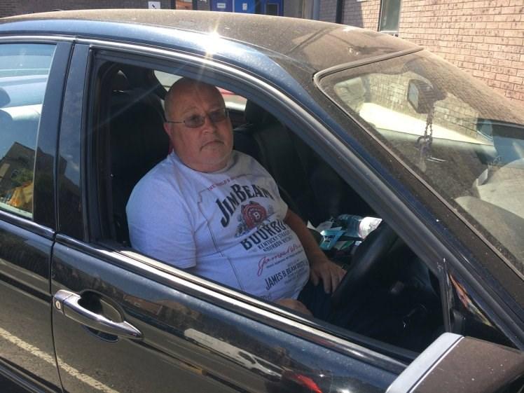 Homem vive dentro de carro para fugir dos abusos da mulher