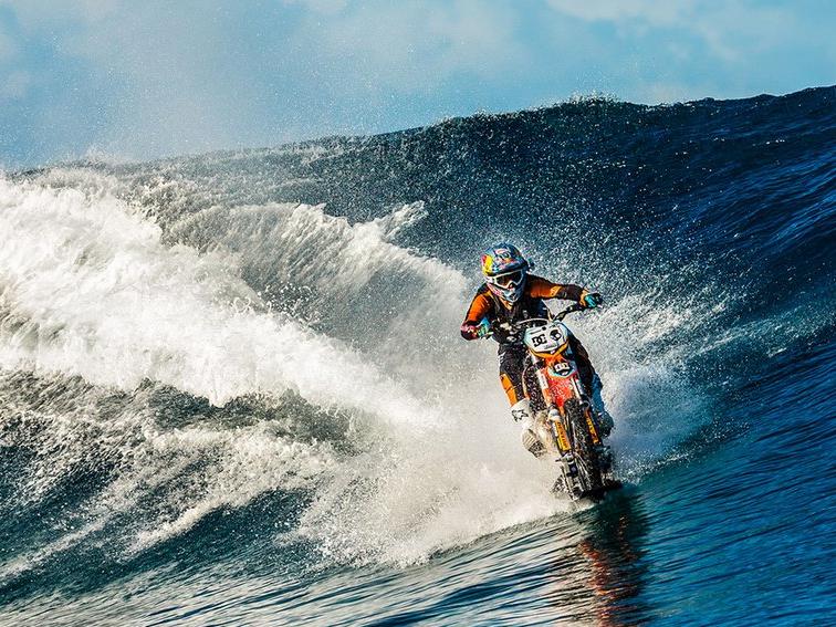 Surfar ou andar de moto? Porque não os dois?