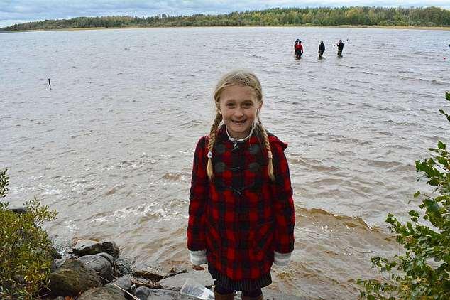 Garota de 8 anos remove espada viking antiga de lago