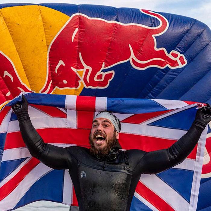 Homem bate recorde ai nadar por 5 meses