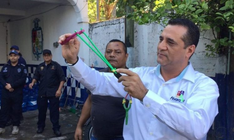 Policiais no México são obrigados a usar estilingues