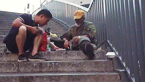 Chinês dedica a sua vida a encontrar a família de desabrigados