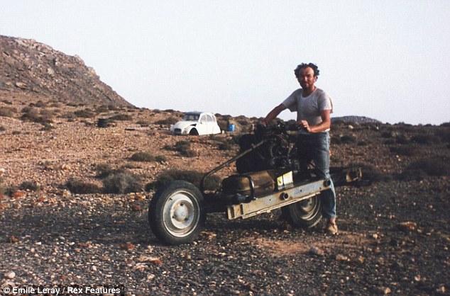 Homem constrói moto improvisada para escapar do deserto