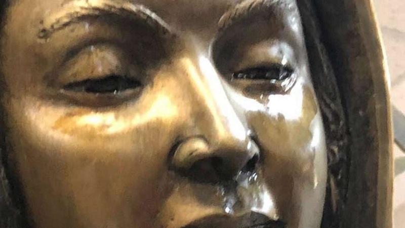Estátua nos EUA está chorado perfume e azeite