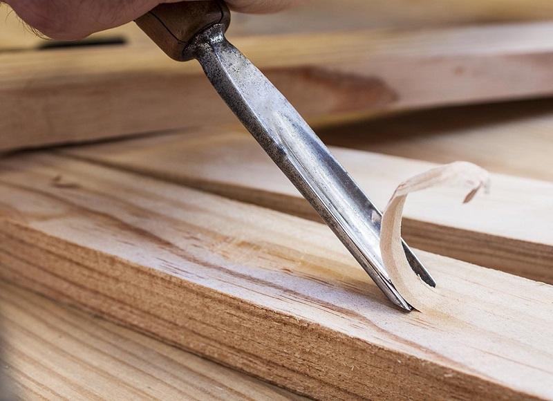 Homem tenta arrancar espinha com formão e dá ruim - CENAS FORTES