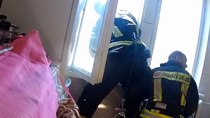 Impressionante! Bombeiro salva mulher em meio a queda livre
