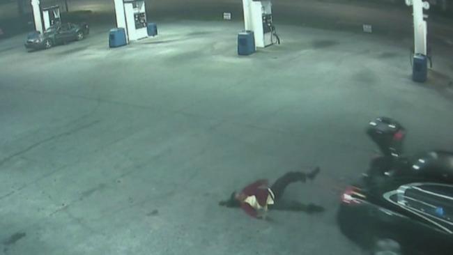Mulher escapa de porta-malas de um carro em movimento! Assustador