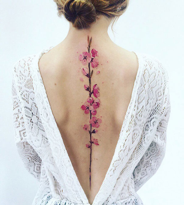 Veja 10 maravilhosas tatuagens na coluna que vão te surpreender
