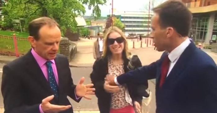 Reporter leva tapinha depois de pegar nos seios de mulher