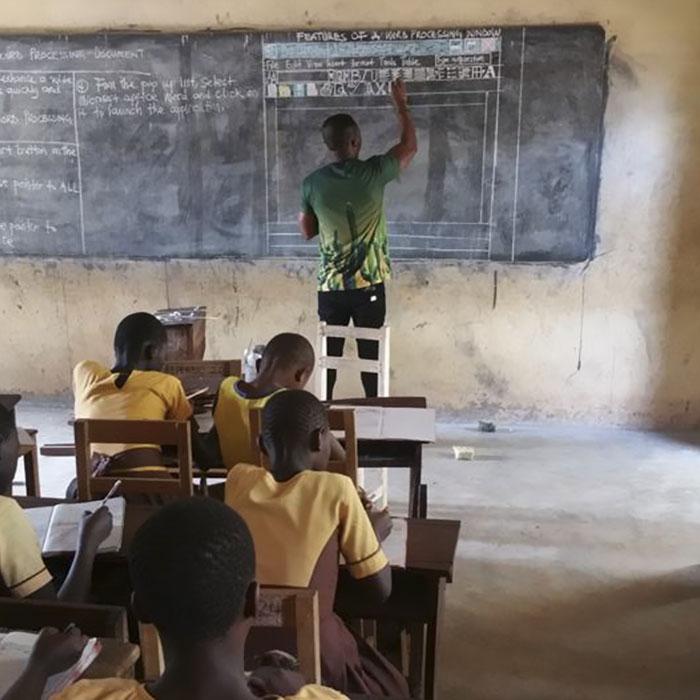 Professor de Gana viraliza com maneira única de ensinar